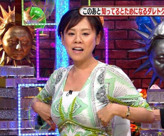 グリーンの衣装の高橋真麻さん。バストが「バインバイン」です。