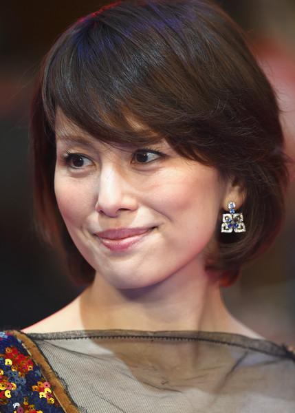 コロンとしたショートボブがとっても似合う米倉涼子さん。持ち味の目力がさらに強調されていますね。