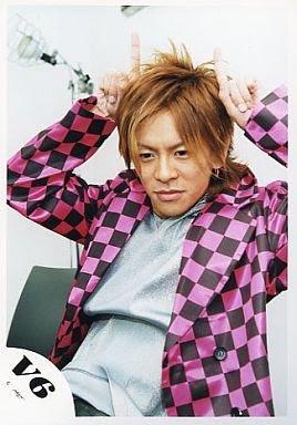 ショッキングピンクとブラックの市松模様の衣装の森田剛さん。両手を頭の上にちょこんと乗せて可愛らしいですね。