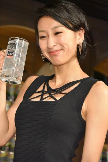 ジョッキを片手に笑顔の浅田舞さん。ジョッキがとっても似合いますね。