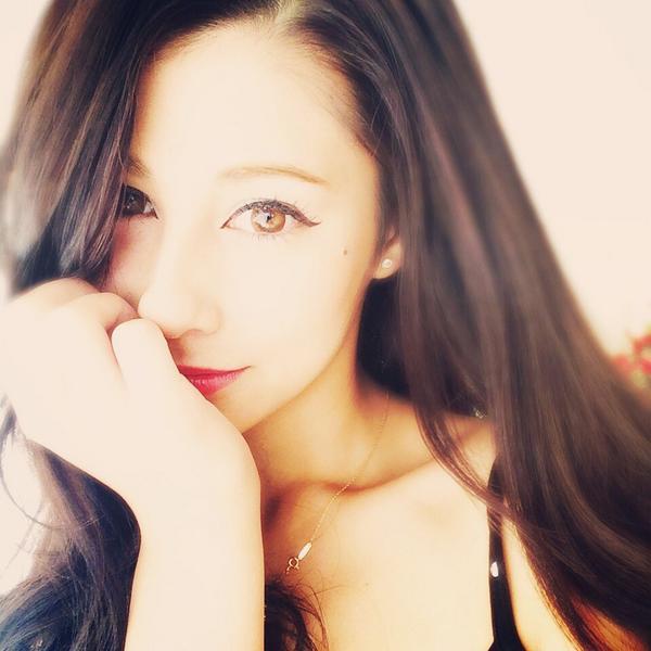 ストレートにおろした前髪がミステリアスなダレノガレ明美さん。壇蜜さんの様なあでやかさですね。