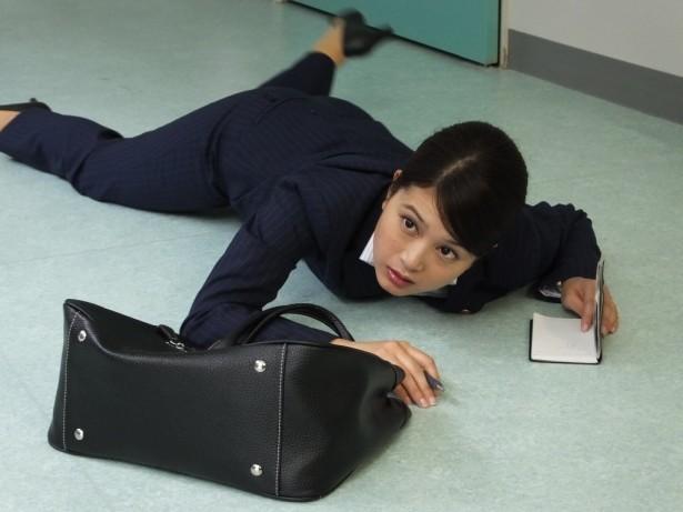 スーツ姿の佐津川愛美さん。「土曜ワイド劇場」にも出演しました。幅が広いですね。