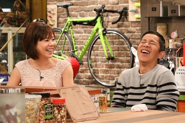 ナインティナインの岡村隆史さんと「おかべろ」に出演する高橋真麻さん。トーク力も抜群です。