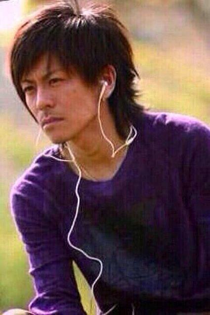 パープルのトップスで音楽を聴いている森田剛さん。まぶしそうな視線がカッコいいですね。