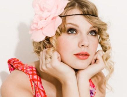 ピンクのバラのヘアアクセサリーがキュートなテイラー・スウィフト。姫感あふれる一枚です。