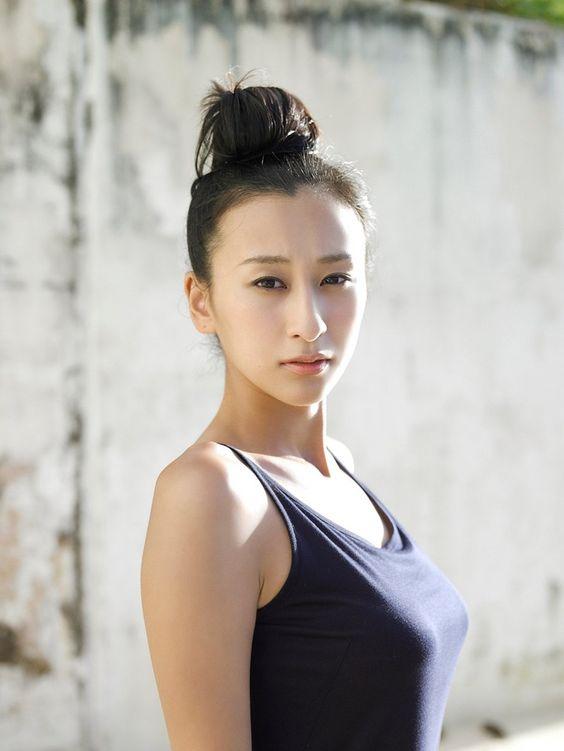 ブラックのタンクトップでお団子頭の浅田舞さん。アスリートの雰囲気あふれるスポーティな一枚です。