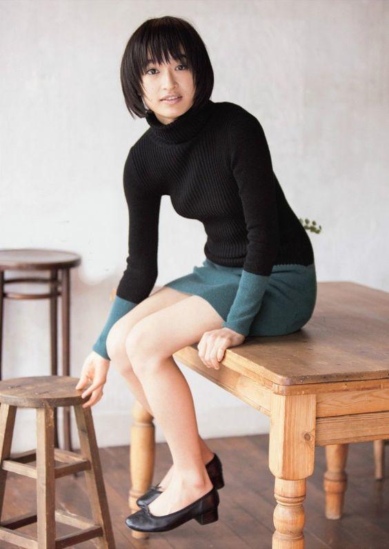 ブラックのタートルネックにグリーンのミニスカートの門脇麦さん。すらりと伸びた脚が女性らしいですね。