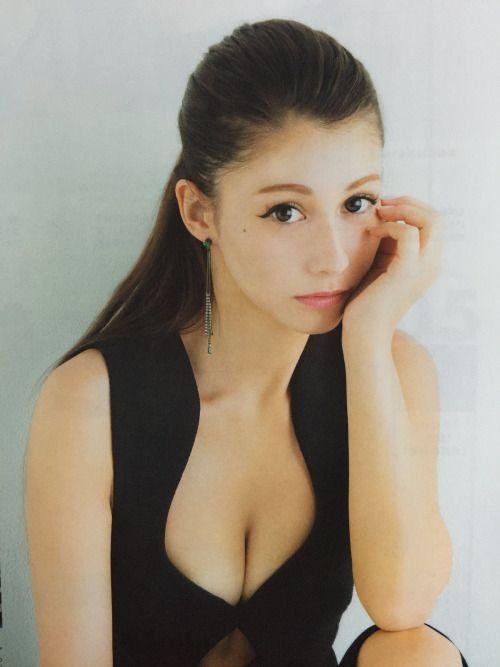 ブラックのトップスがセクシーなダレノガレ明美さん。元カレが仕事で海外に行く事になり破局したそうです。