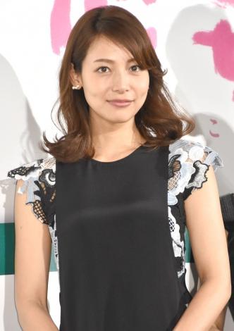 ブラックのトップスが上品な相武紗季さん。宝塚歌劇団で有名な兵庫県宝塚市出身です。