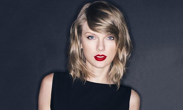 ブラックのトップスに真っ赤なルージュが映えているテイラー・スウィフト。ブルーの瞳がビータマみたいですね。
