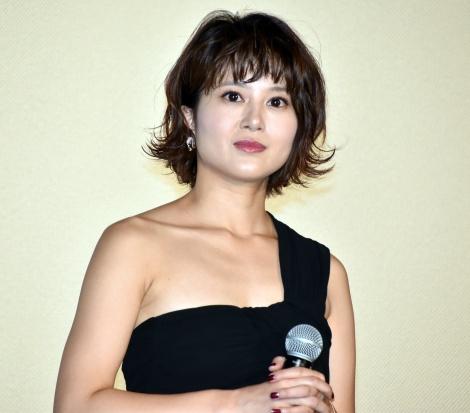 ブラックのドレスでフォーマルな佐津川愛美さん。トレンドの外はねヘアがキュートですね。