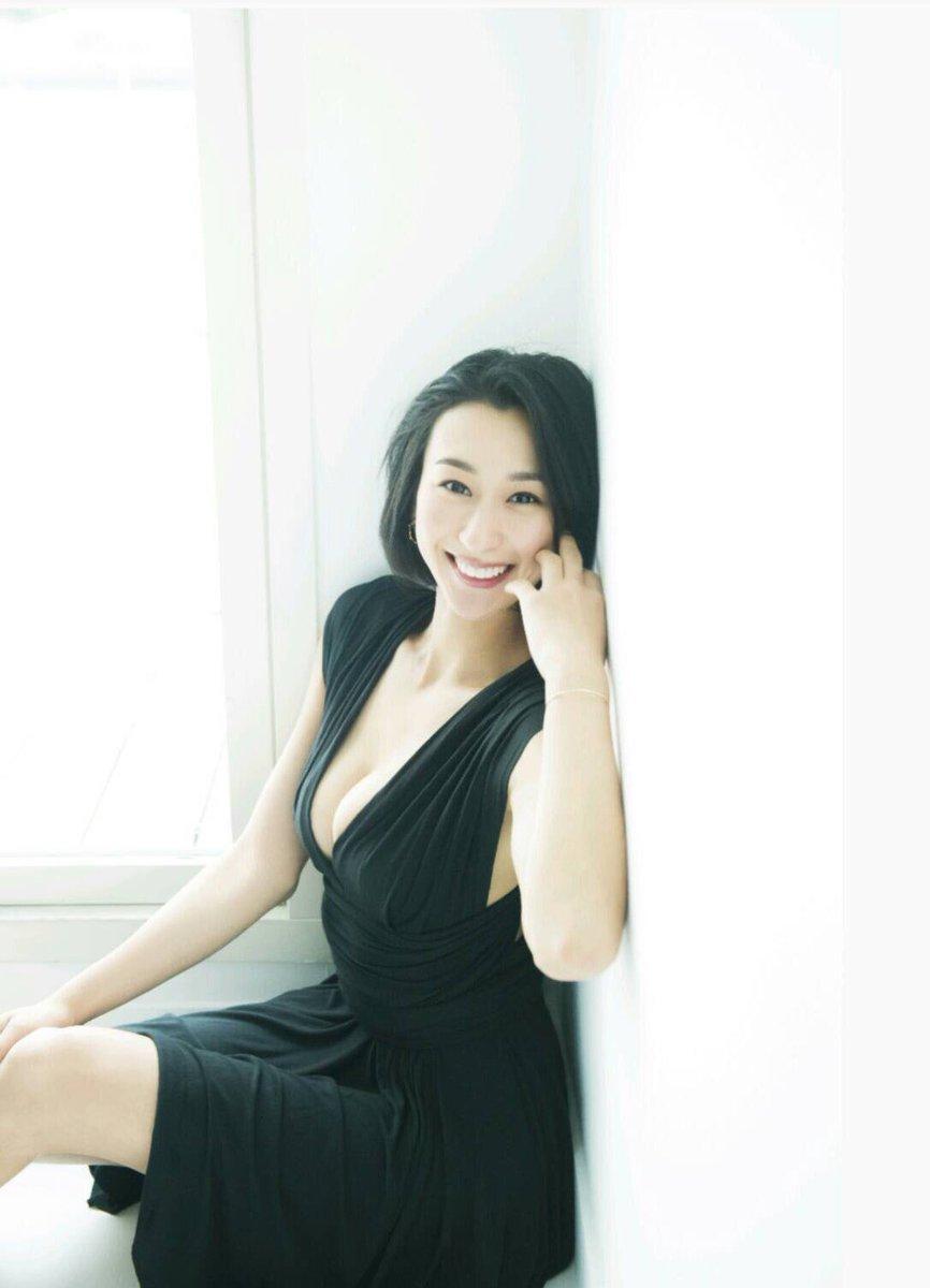 ブラックのドレスで大人っぽいながら笑顔がきらきらの浅田舞さん。雑誌「anan」にも出演しています。