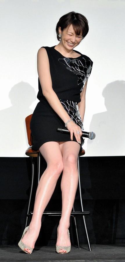 ブラックのミニスカートドレスでクシャっと笑う米倉涼子さん。きれいな脚ですね。