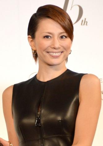 ブラックのレザーのドレスがきれいな米倉涼子さん。すっきりとしたショートカットが逆に女性らしいですね。