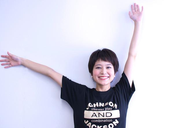 ブラックのTシャツでラフな雰囲気の佐津川愛美さん。ベリーショートヘアがとってもキュートです。