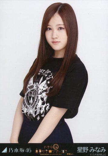 ブラックのTシャツの星野みなみさん。Tシャツですがどこかお上品ですね。