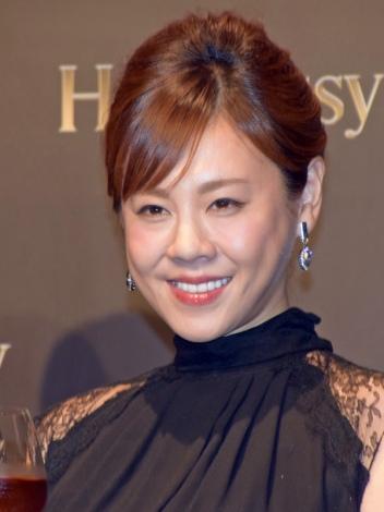 ブラックフォーマルに身を包んだ高橋真麻さん。バラエティ番組では見せないドレッシーな一面が垣間見えます。