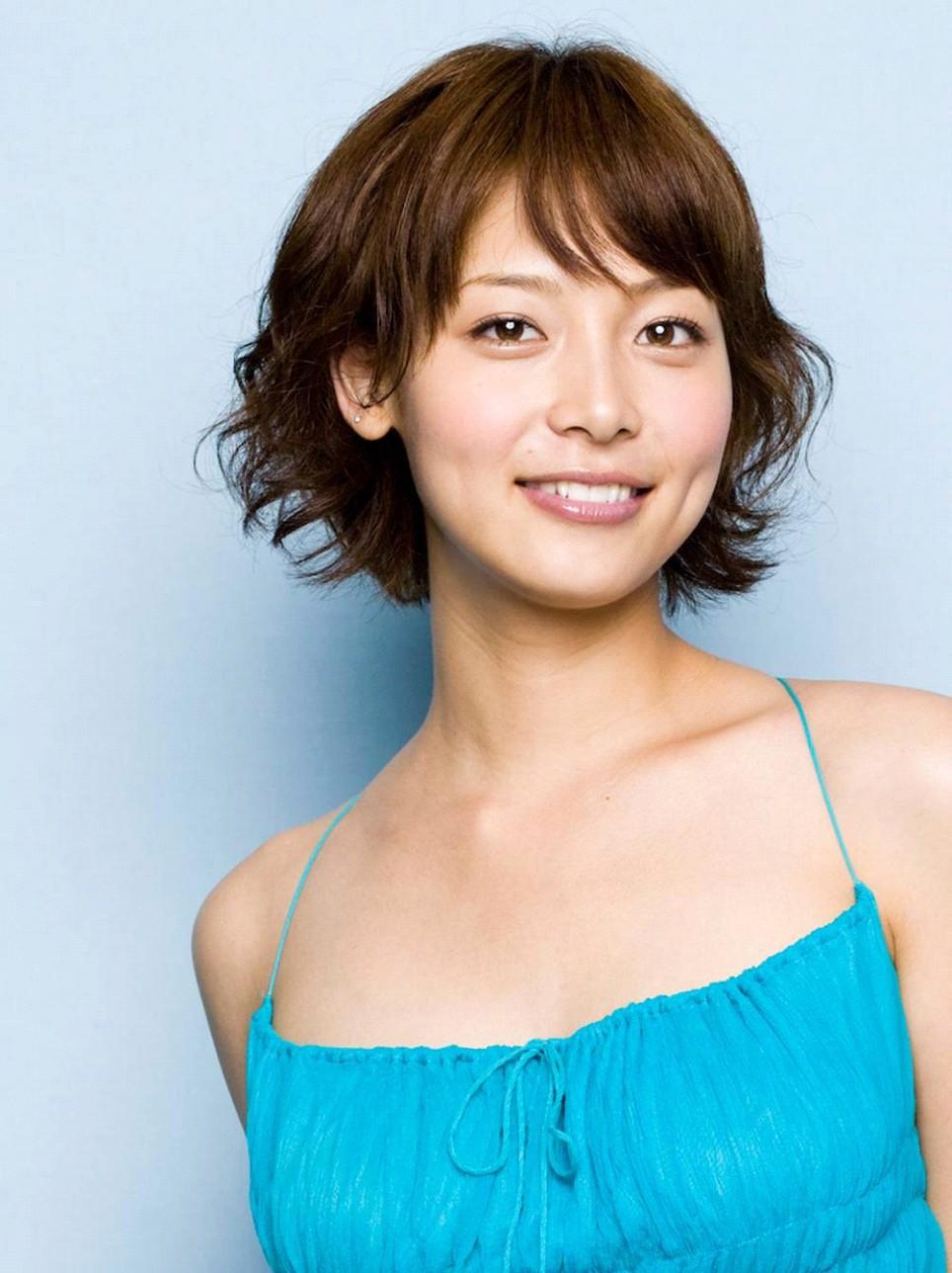 ブルーのキャミソールが爽やかな相武紗季さん。意外に「人見知り」なんだそうで、初対面の人と話をするのが苦手なんだそうです。
