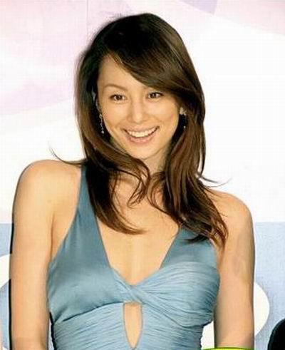 ブルーのドレスがとってもセクシーな米倉涼子さん。ロングヘアの巻き髪がまさに「モテロング」といったところです。