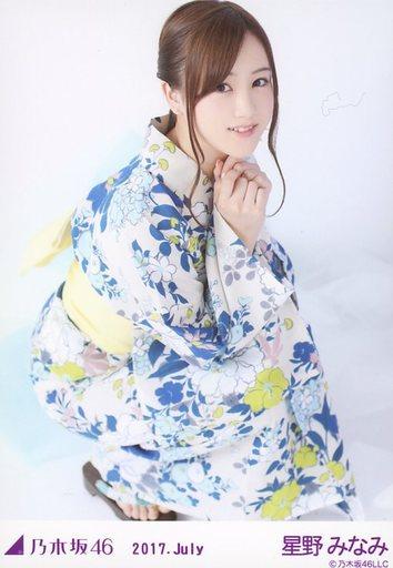 ブルーの浴衣が美しい星野みなみさん。しゃがみ姿もキュートですね。