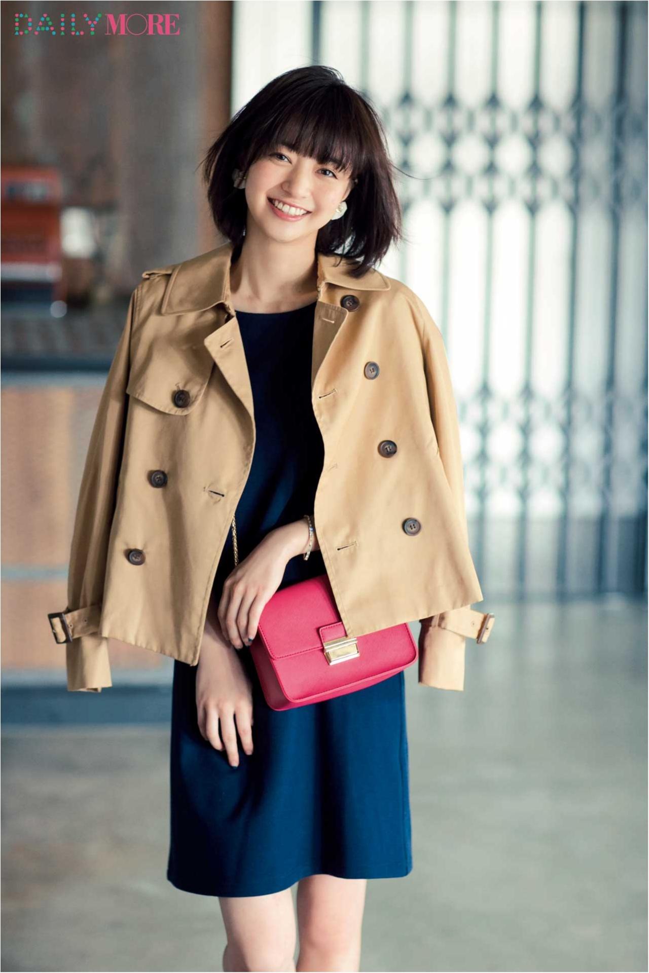 ベージュのトレンチコートを羽織った逢沢りなさん。ショッキングピンクのバッグがアクセントになっていますね。