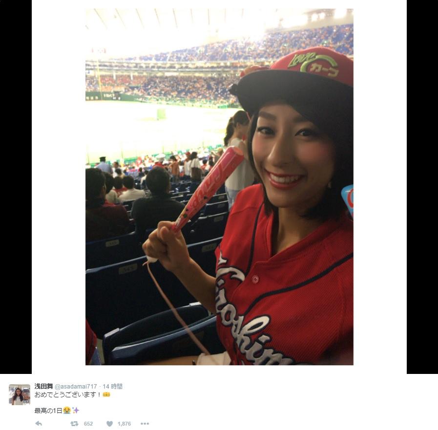 ベースボールスタジアムにて広島カープの応援をする浅田舞さん。カープ女子の一面が見えましたね。