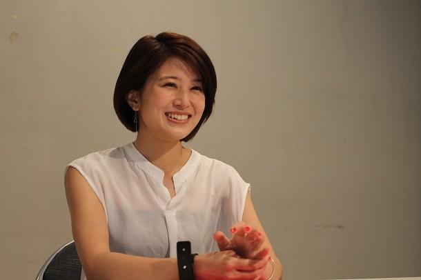 ホワイトのシャツでほほえむ佐津川愛美さん。やさしい笑顔に癒されます。