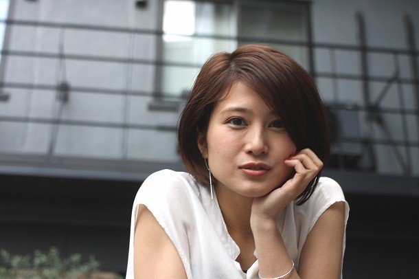 ホワイトのシャツで頬杖をつく佐津川愛美さん。チャラチャラしている男性が苦手だそうです。