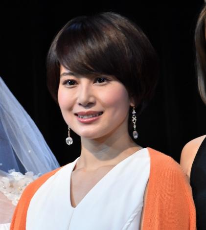 ホワイトのシャツにオレンジのカーディガンの佐津川愛美さん。ショートカットがとっても似合いますね。