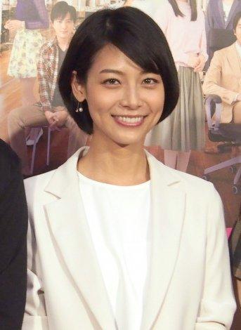 ホワイトのジャケットが清楚な相武紗季さん。お母さんは元タカラジェンヌで相武さんそっくりだそうです。