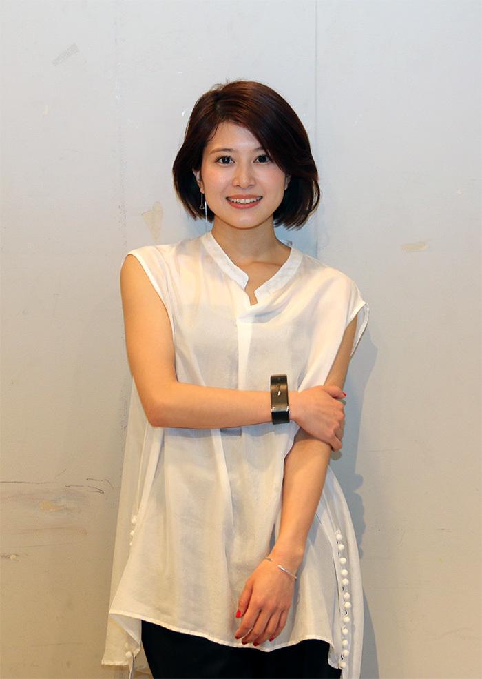 ホワイトのブラウス姿の佐津川愛美さん。映画「ヒメアノ~ル」では、かなり際どい演技をすることになりました。