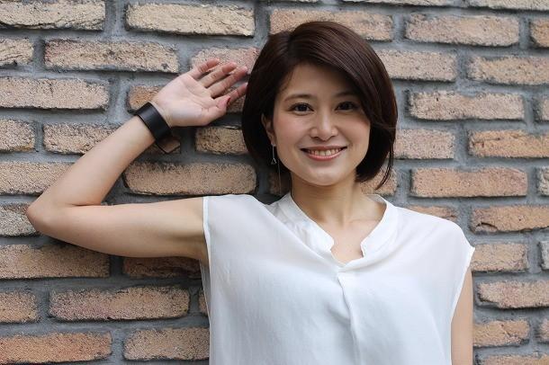 ホワイトのブラウス姿の佐津川愛美さん。最近のテーマは、「自分に自信をもって、明るく生きていこう」だそうです。