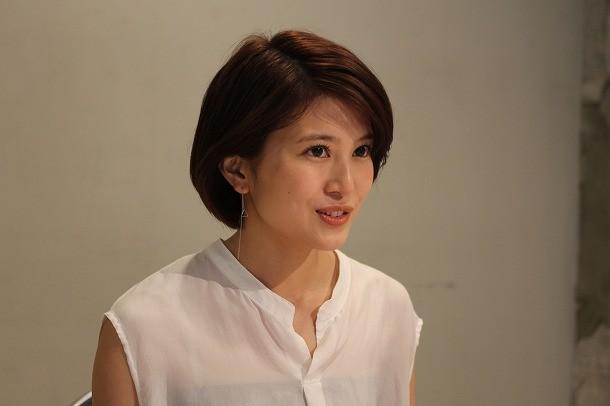 ホワイトのブラウス姿インタビューに答える佐津川愛美さん。女優としては、暗かったり何かを抱えている役が多かったそうです。