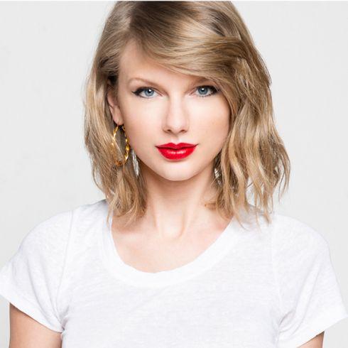 ホワイトのTシャツでラフな印象のテイラー・スウィフト。ラフながら女性らしさが見え隠れします。