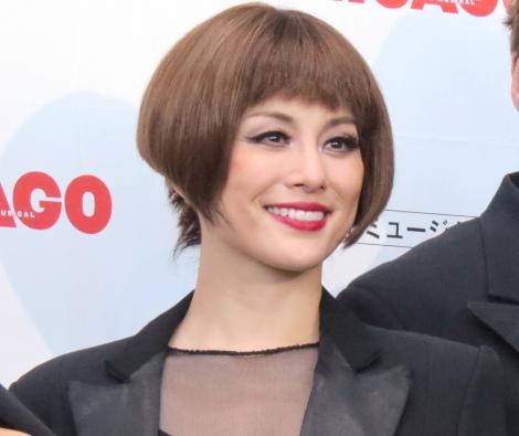 ミュージカルにも多数出演している米倉涼子さん。華やかなメイクが映える美人顔ですね。