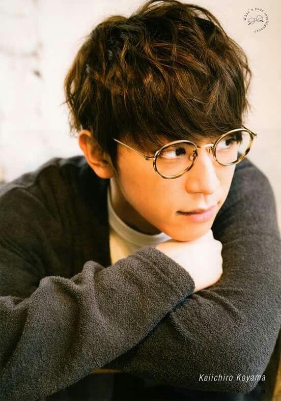 メガネ姿が知的な小山慶一郎さん。実はとっても天然さんらしいです。