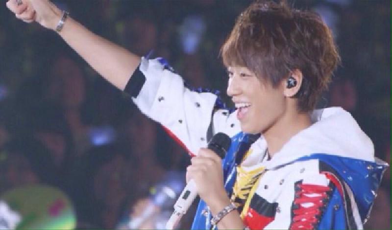 ライブ中の小山慶一郎さん。「news every.」の時とは打って変わってキラキラ全開のアイドルです。