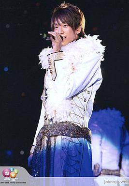 ライブ中の小山慶一郎さん。ブルーの衣装がとってもお似合いですね。