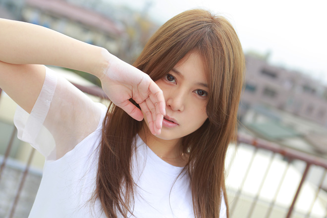 ラフなホワイトのTシャツの佐津川愛美さん。茶髪のロングヘアもかわいいですね。