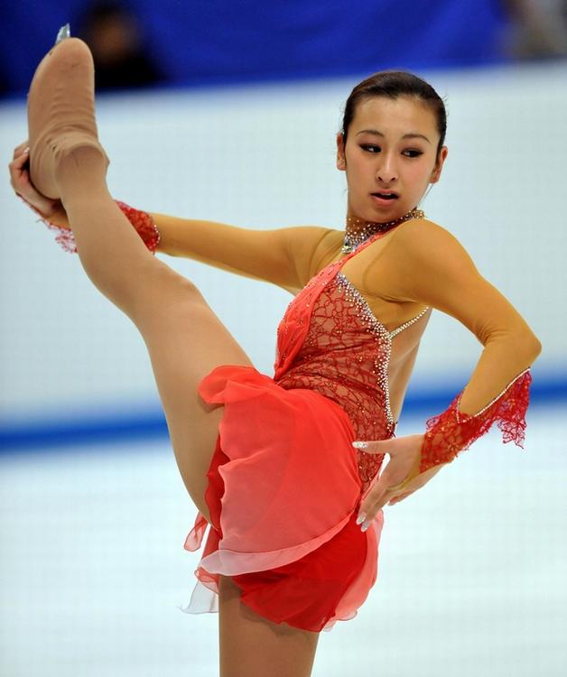 レッドのドレスで情熱的に演技を披露する浅田舞さん。素晴らしいY字バランスです。