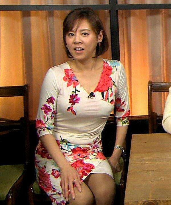 レッドのフラワー柄の衣装の高橋真麻さん。とってもタイトになっています。