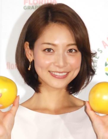 レモンを両手に微笑む相武紗季さん。実はさみしがり屋な性格なんだとか。