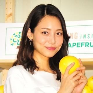 レモンを片手に微笑む相武紗季さん。お姉さんは宝塚歌劇団で「音花ゆり」という名前で活躍しています。