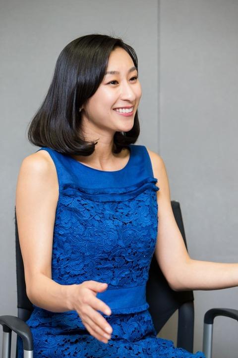 ロイヤルブルーのドレス姿の浅田舞さん。周りがパッと華やぐ美しさです。