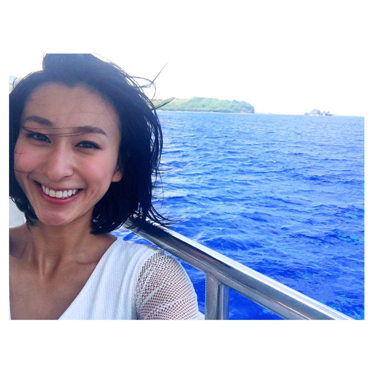 ロイヤルブルーの海のなかクルージングを楽しむ浅田舞さん。きれいなお顔のなかでひときわ目が行くのはきれいすぎる歯です。