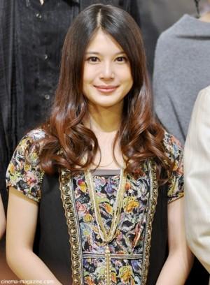 ロングヘアがキュートな佐津川愛美さん。カールスタイルがとってもガーリーですね。