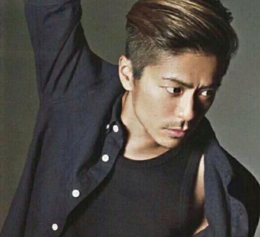ワイルドな雰囲気の「V6」の森田剛さん。タンクトップから覗く肩がセクシーですね。