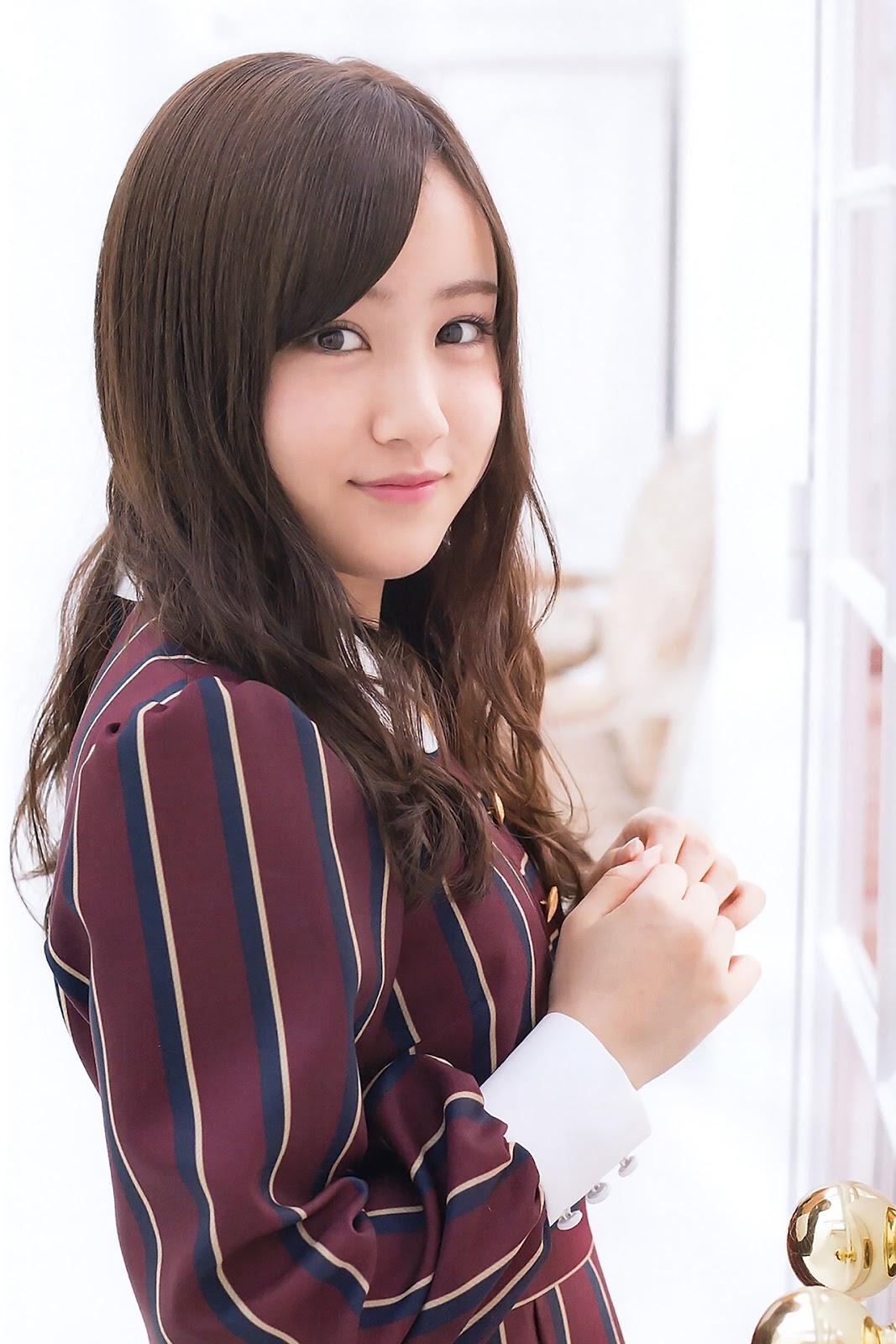 ワインレッドのステージ衣装の星野みなみさん。「乃木坂46」に似合う美少女ですね。
