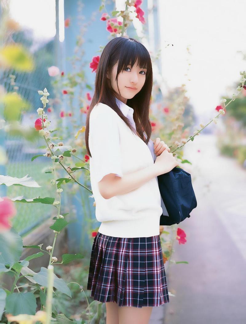 制服姿がきらきらとまぶしい逢沢りなさん。まさに美少女ですね。