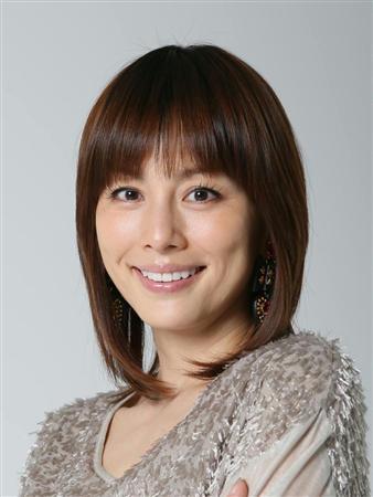 前髪を降ろしたストレートヘアが珍しい米倉涼子さん。落ち着いたヘアスタイルが新鮮ですね。